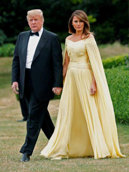 Trump ve eşi Melania kendileri için verilen davete el ele geldi.