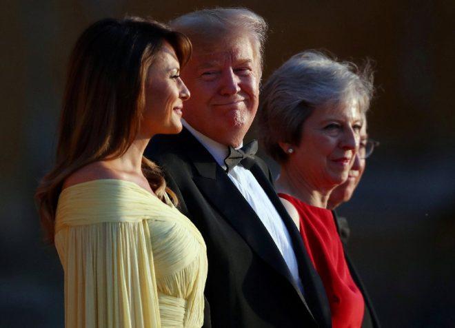 Trump, gözlerini eşinin üzerinden ayıramadı.
