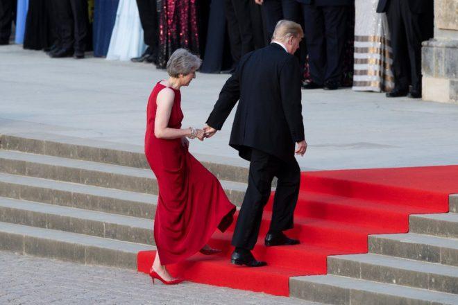 Trump'ın Theresa May'in elini tutması objektiflere böyle yansıdı.