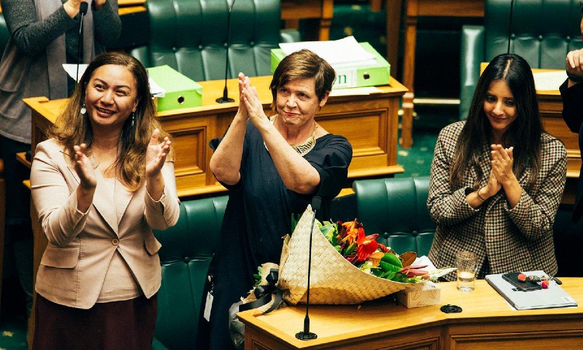 Tasarının geçmesiyle birlikte Yeşiller Partisi'nin vekilleri kutlama yaptı.