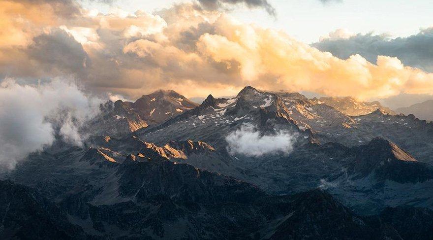Pireneler'in ihtişamlı zirvelerinin ortasında, bulutların üzerinde gezinen Pic du Midi, konuklarına hem gece hem de gündüz gözlem yapabilme olanağı tanıyor. Gün batımı yavaş yavaş ortamı karartırken, yıldızlar gökyüzünde ışıldamaya başlıyor ve ortaya seyir zevki yüksek bir manzara çıkıyor.