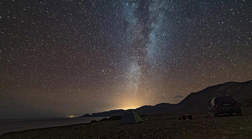 Amatör astronomlar için dünyanın en keyifli gözlem noktaları listemizde sıradaki yer, 5.000 metre yükseklikte olmasına rağmen eşine az rastlanır kuru atmosferi ve yıl içerisinde çok az bulutlanan gökyüzü ile ideal ortama sahip olan Atacama Çölü.