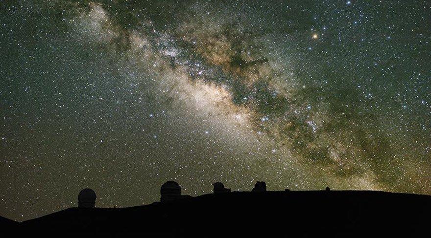 Hawaii Adası'nın güneyinde yer alan ve sönmüş bir yanardağ olan Mauna Kea, zirvesinde 13 büyük teleskopa ev sahipliği yapıyor.