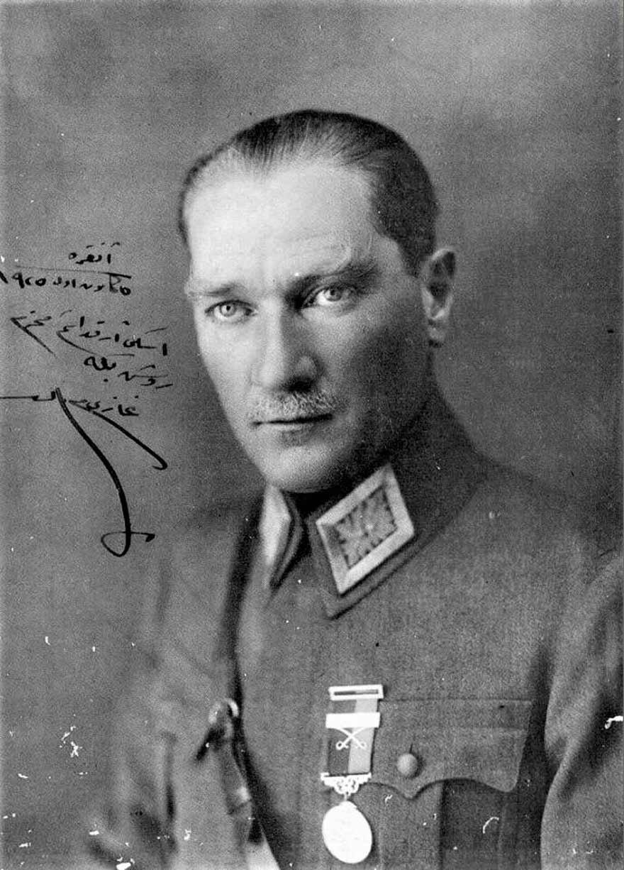 Başkomutan Gazi-Mareşal Mustafa Kemal Atatürk.