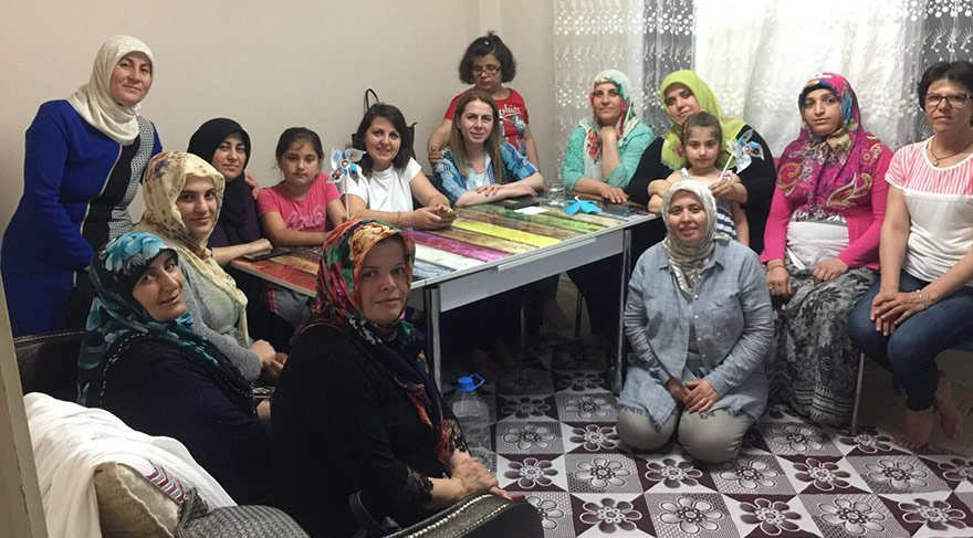 Seçim dönemlerinde AKP'li kadınlar, milletvekili adaylarının ev ziyaretlerine de eşlik ediyor.