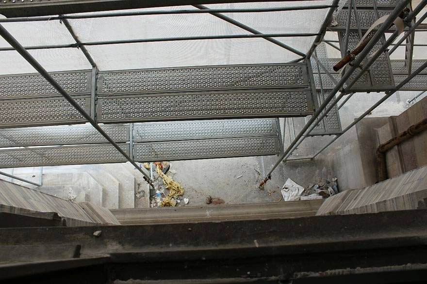 FOTO: DHA - SIRKECI BUYUK POSTANE'DE YAPILAN RESTORASYON CALISMASI SIRASINDA ISKELEDEN DUSEN RESTORATOR DILEK DAYAR HAYATINI KAYBETMISTI.