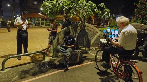 """""""Pokemon dede"""" lakaplı adam mobil şarj aletlerinin yardımıyla geç saatlere kadar oyun oynayabiliyor."""