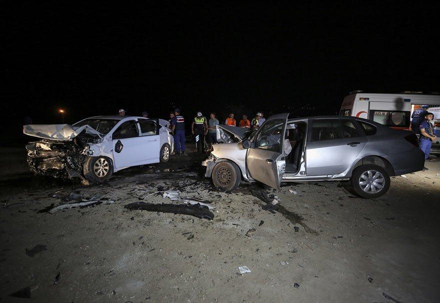 Muğla'nın Seydikemer ilçesinde iki otomobilin çarpışması sonucu biri çocuk 2 kişi hayatını kaybetti, 4 kişi yaralandı. Kazayı görenlerin ihbarı üzerine olay yerine sağlık, itfaiye ve polis ekipleri sevk edildi. Foto: AA
