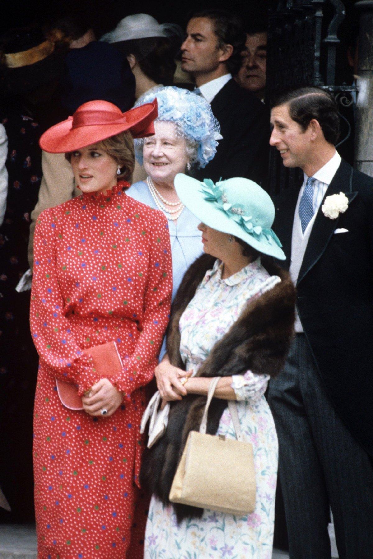Prens Charles, Diana ile nişanlıyken, şimdiki eşi Camilia ile aldatmış...