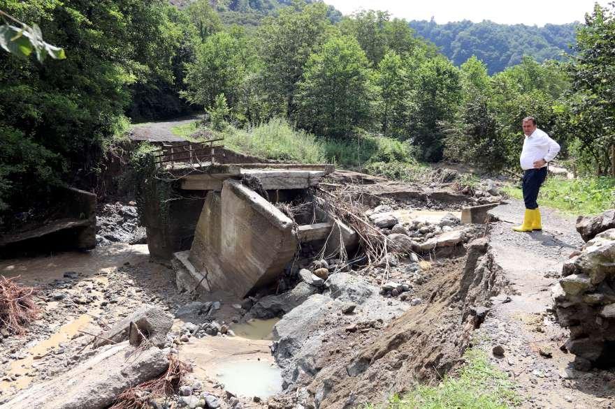 Sel köprüleri ve yolları kullanılmaz hale getirdi. Foto: AA