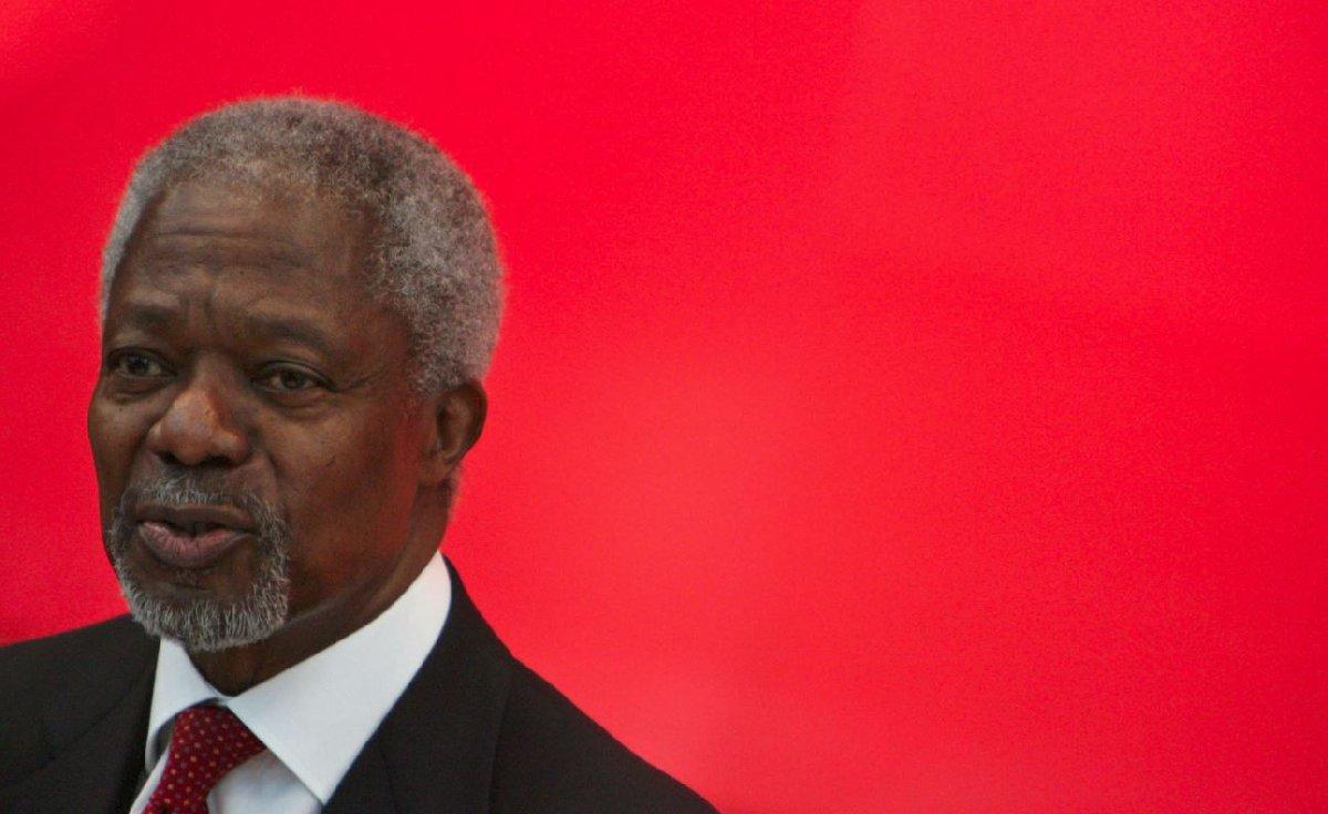 Kofi Annan, 8 Nisan 1938'de Gana'nın Kumasi şehrinde doğdu. Henry Reginald ve Victoria Annan'ın çocukları olarak, kardeşi Efua Atta ile beraber ikiz olarak dünyaya geldiler. Babası Lever Brothers'da ihracatçılık yapıyordu, ve ailesinin durumu Gana'ya göre çok iyiydi. Bu durumları Kofi'yi 1870'lerde kurulan Mfantsipim yatılı okuluna gönderilmesine yardımcı oldu. Üniversite eğitimini Gana, ABD, ve İsviçre'de yaptıktan sonra BM'de çalışmaya başladı. Bütün iş hayatı boyunca, Birleşmiş Milletler'in değişik branşlarında çalıştı. Genel Sekreter seçilmeden önce, Genel Sekreter Müsteşarlığı yapmaktaydı. 13 Aralık 1996'da Boutros Boutros-Ghali'den sonra Birleşmiş Milletler'in yedinci Genel Sekreteri olarak seçildi. 2001 yılında Nobel Barış Ödülü'nü kazandı. 10 yıllık bir hizmetten sonra Annan 1 Ocak 2007'de görevini Güney Koreli Ban Ki-moon'a devretti. İsveçli Nane Maria Annan ile evli olan Annan'ın bir önceki evliliğinden üç çocuğu bulunuyordu.