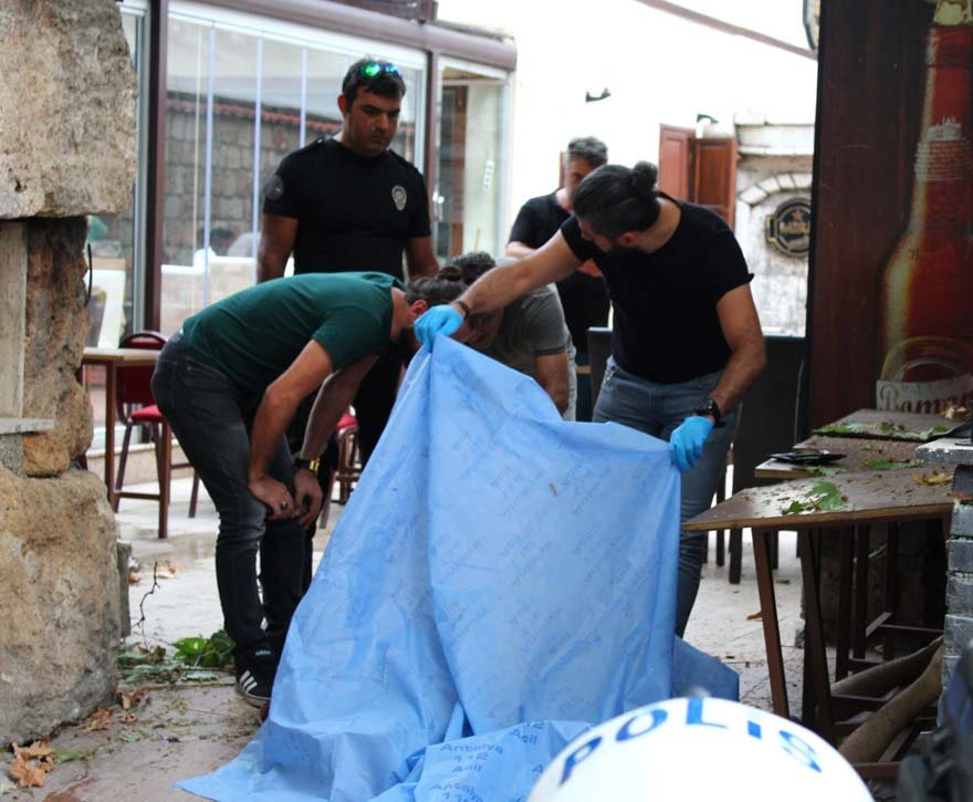Antalya'da Hadrian Kapısı (Üç Kapılar) surlarından beton zemine düşen kişi yaşamını yitirdi. Fotoğraf: İHA