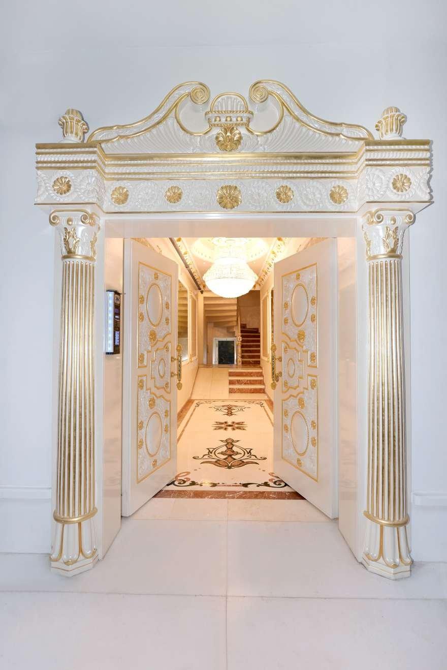 Apartmanın içindeki bir çok alan altın varaklarla süslü. Foto: İHA
