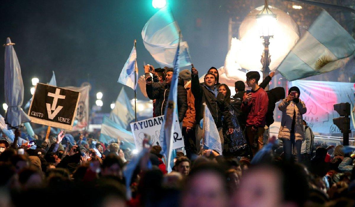 Parlamentonun yasa tasarısını reddetmesi üzerine kürtaj karşıtı göstericiler kutlama yapmak için sokaklara akın etti.