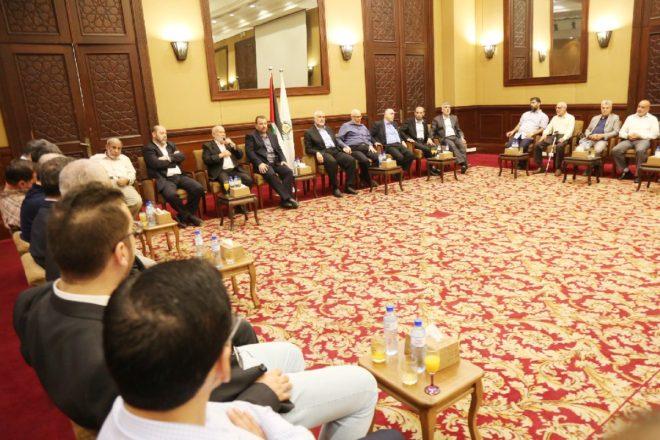Aruri ve beraberindeki heyeti, Hamas'ın Siyasi Büro Başkanı İsmail Heniyye (orta sağ) Gazze'deki Meştel Otel'inde karşıladı.