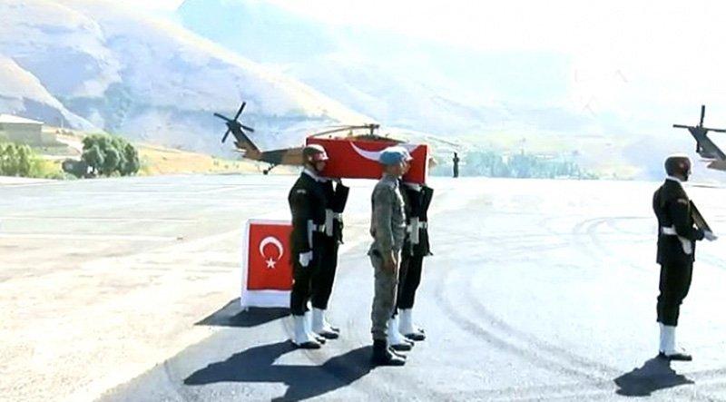 11 aylık Bedirhan Mustafa'nın minik tabutunu askerler omuzlarda taşıdı