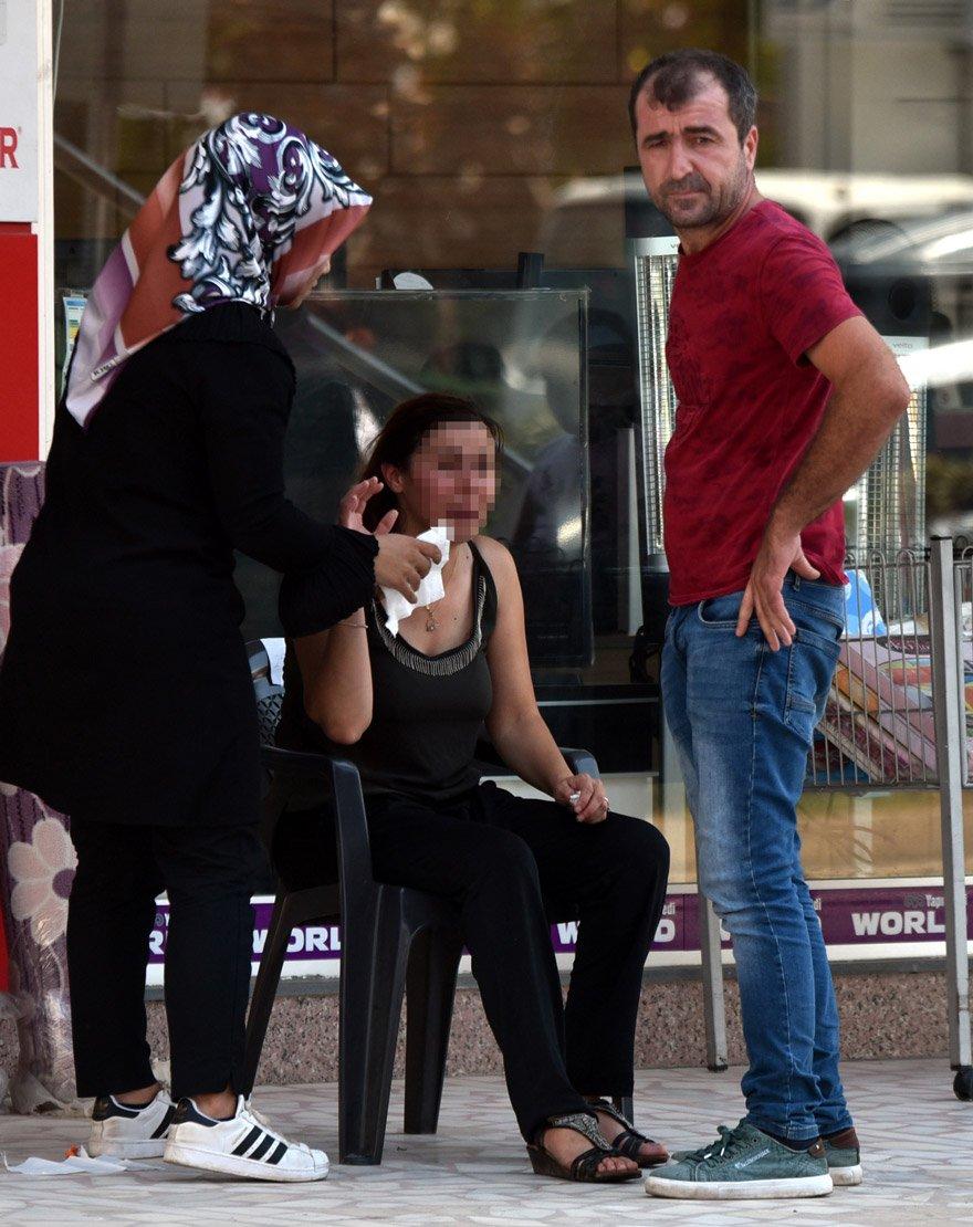 """ANTALYA'DA REFUJE ÇARPAN ŞULE C. YÖNETİMİNDEKİ OTOMOBİL TAKLA ATTI. EŞİ MEVLÜT C.'YE BAĞIRAN ŞULE C., """"BANA VURMA DEDİM SANA, KAFAMA VURMA DEDİM. ARABAM GİTTİ"""" DİYE AĞLADI. FOTO: DHA"""