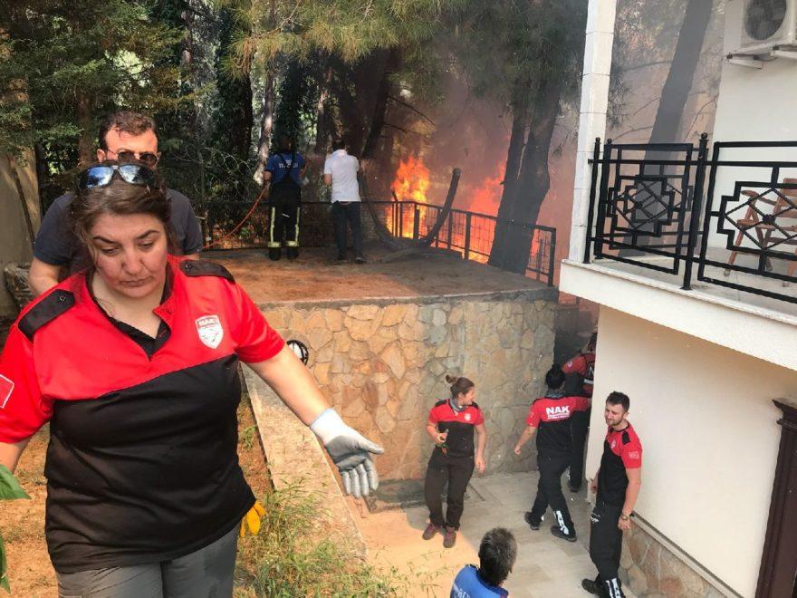 Yangın çevredeki evlere de sıçradı. AA
