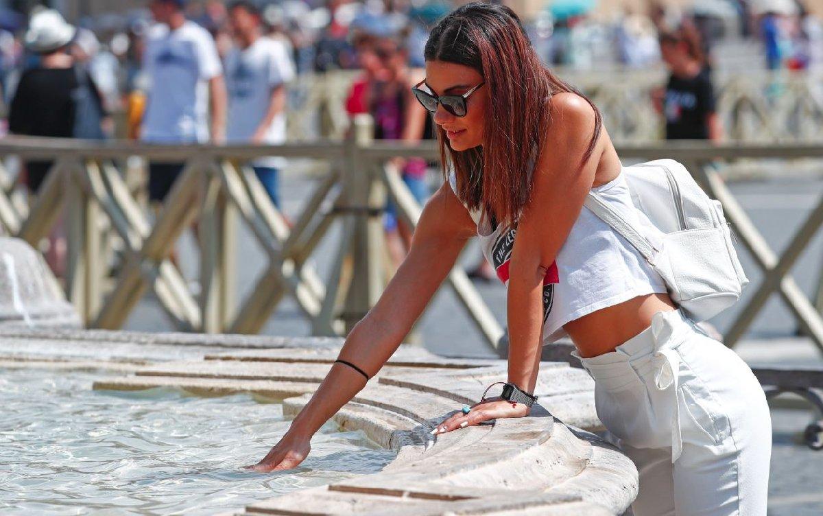 Avrupa'nın birçok kentinde insanlar çeşme ve havuzların olduğu bölgelere giderek serinlemeye çalıştı.