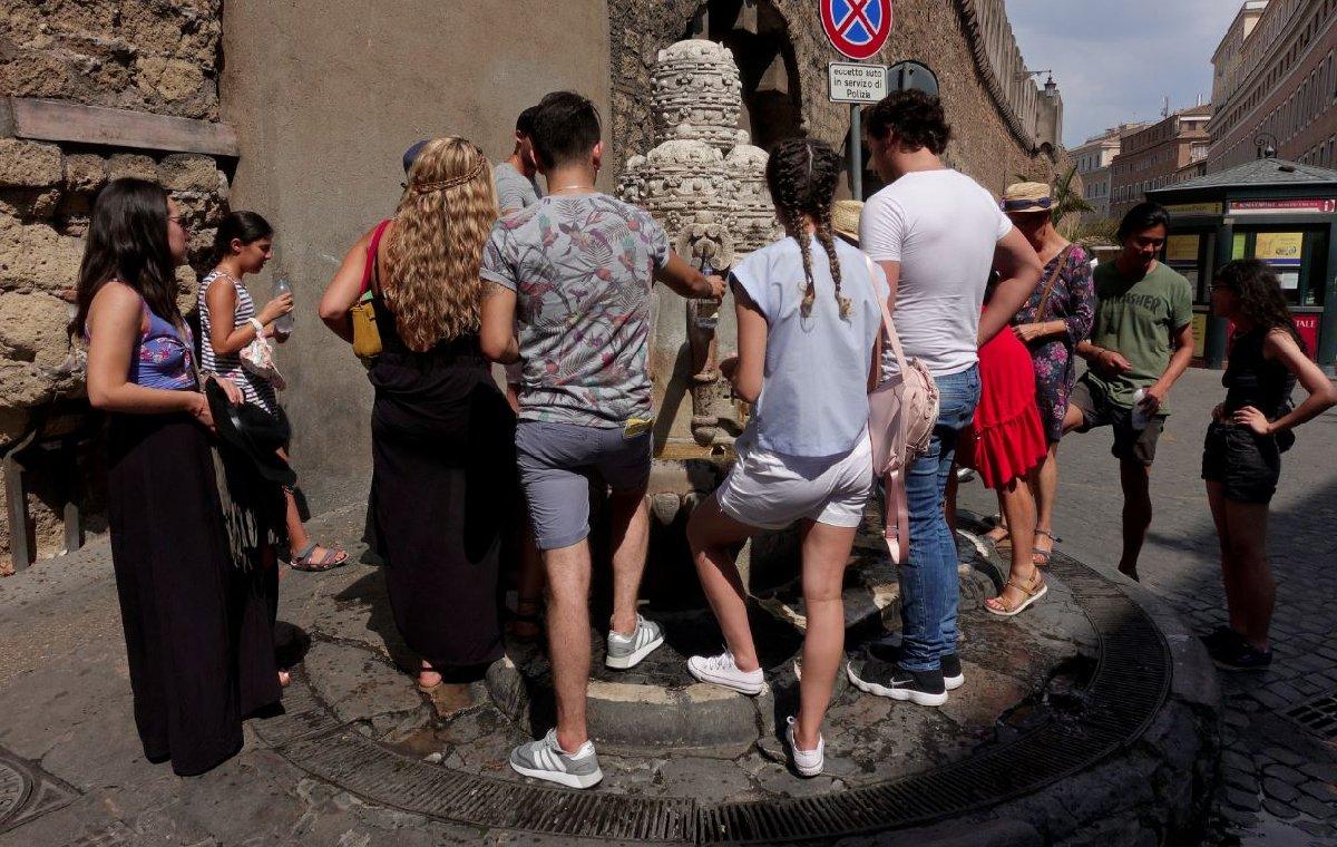 Vatikan'da aşırı sıcaklar dolayısıyla turistler çeşmelerin önüne akın etti.
