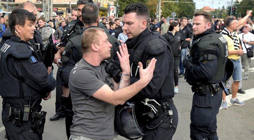 Polis, aşırı sağcı yabancı düşmanı eylemcilerle, onları protesto eden solcuları ayırmak için büyük çaba harcadı. Çevre kentlerden takviye polis ekipleri getirildi.