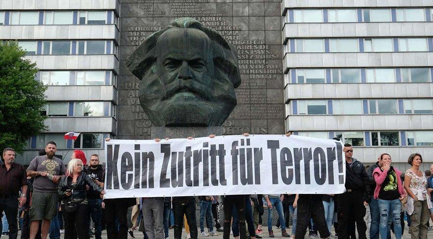"""Aşırı sağcılar, """"Almanya'ya ilticacı akını istemiyoruz"""" pankartları taşıdı. Bazılarının Hitler selamı verdiği belirtildi."""