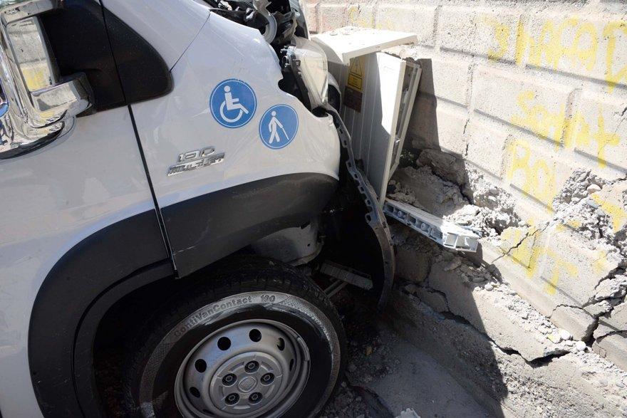 Minibüs duvara çarparak durabildi. DHA