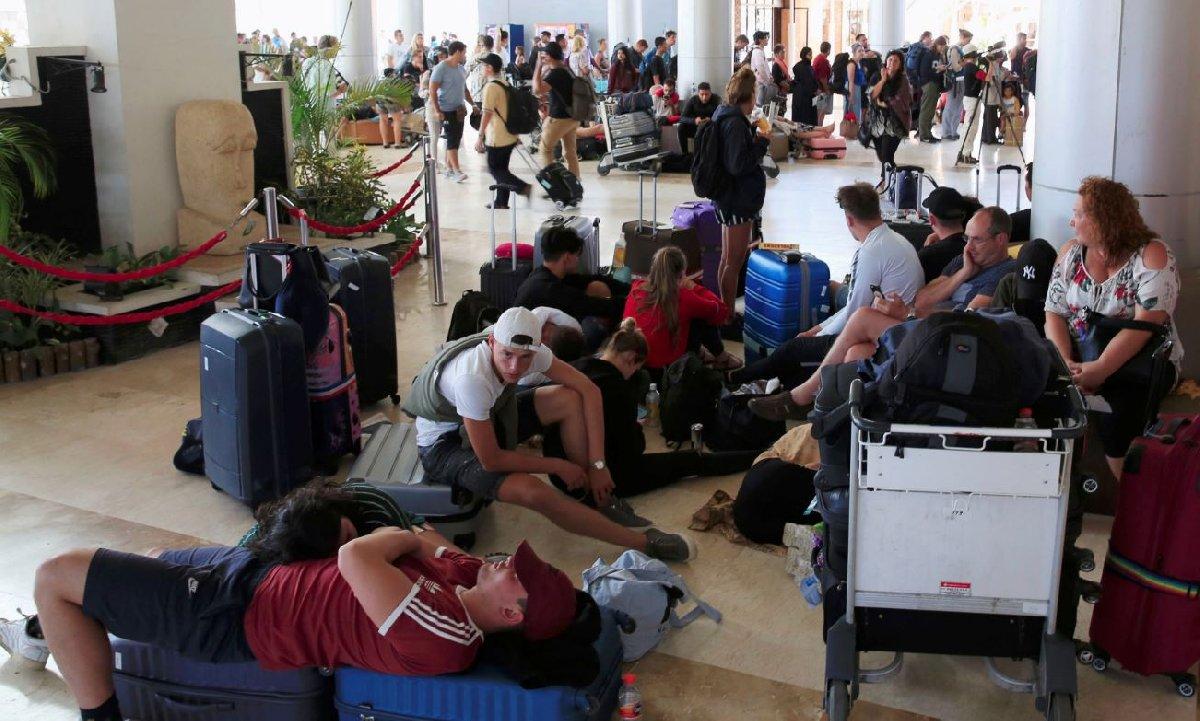 Bir haftada 6.0'nın üzerinde iki büyük deprem yaşayan Endonezya'ya tatile gelenler bulabildikleri ilk uçakla dönmek için havaalanına koştu.