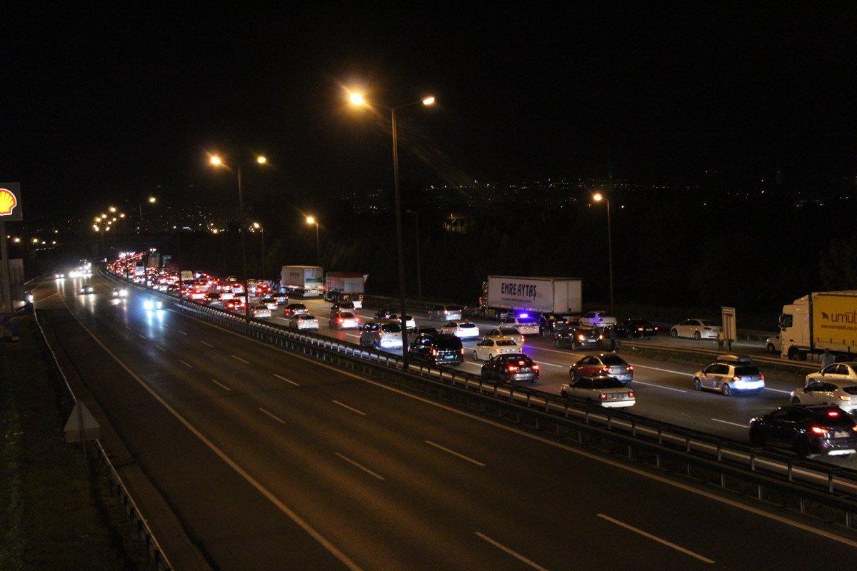 FOTO: İHA / Gece saatlerinde Kocaeli'de trafik neredeyse durma noktasına geldi.