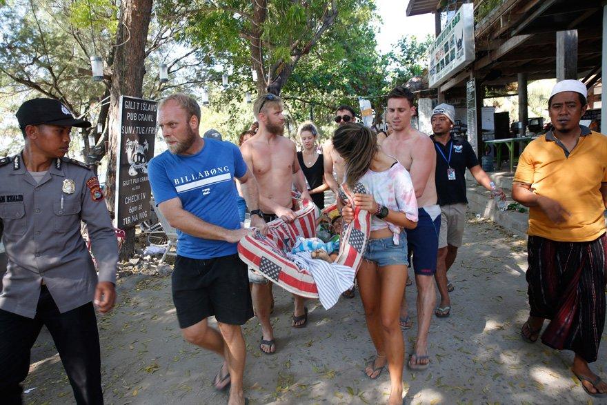 Bugün yaşanan depremde turistlerin panik içinde kaçtığı görüldü.