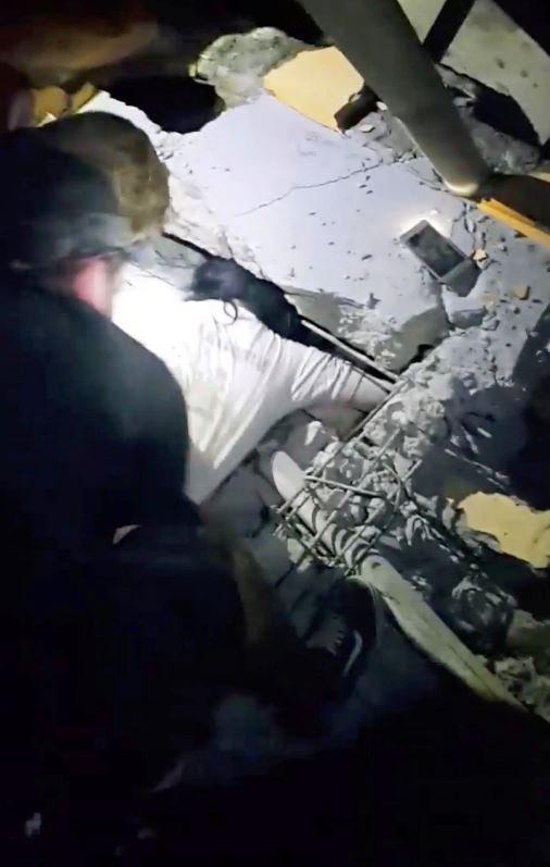 Depremin ardından kurtarma ekipleri ve vatandaşlar arama çalışmalarına başladı.