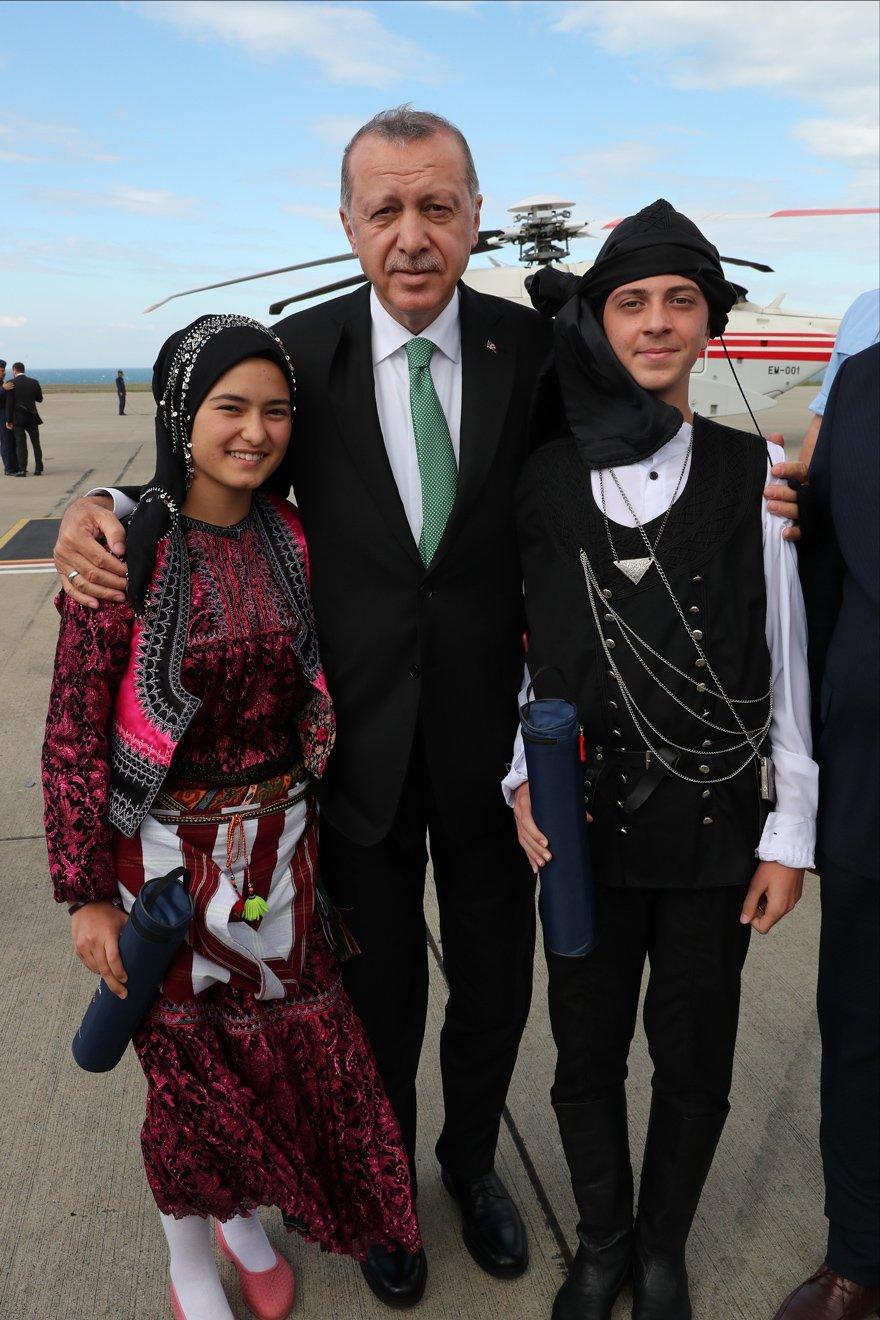 Erdoğan Trabzon'da halk oyunu ekibiyle karşılandı. AA