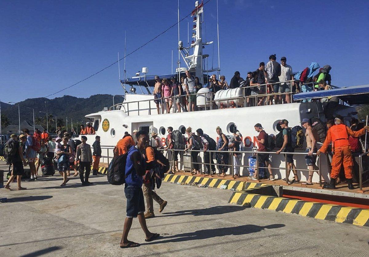 Bir haftada iki depremin yaşandığı bölgede tatilini geçiren çok sayıda turist bölgeden kaçmaya başladı.