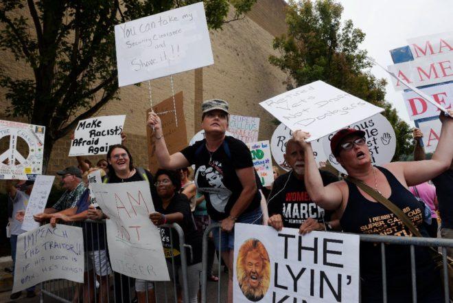 Charleston'a gelen Trump'a son gelişmelerden sonra yoğun protestolar vardı.