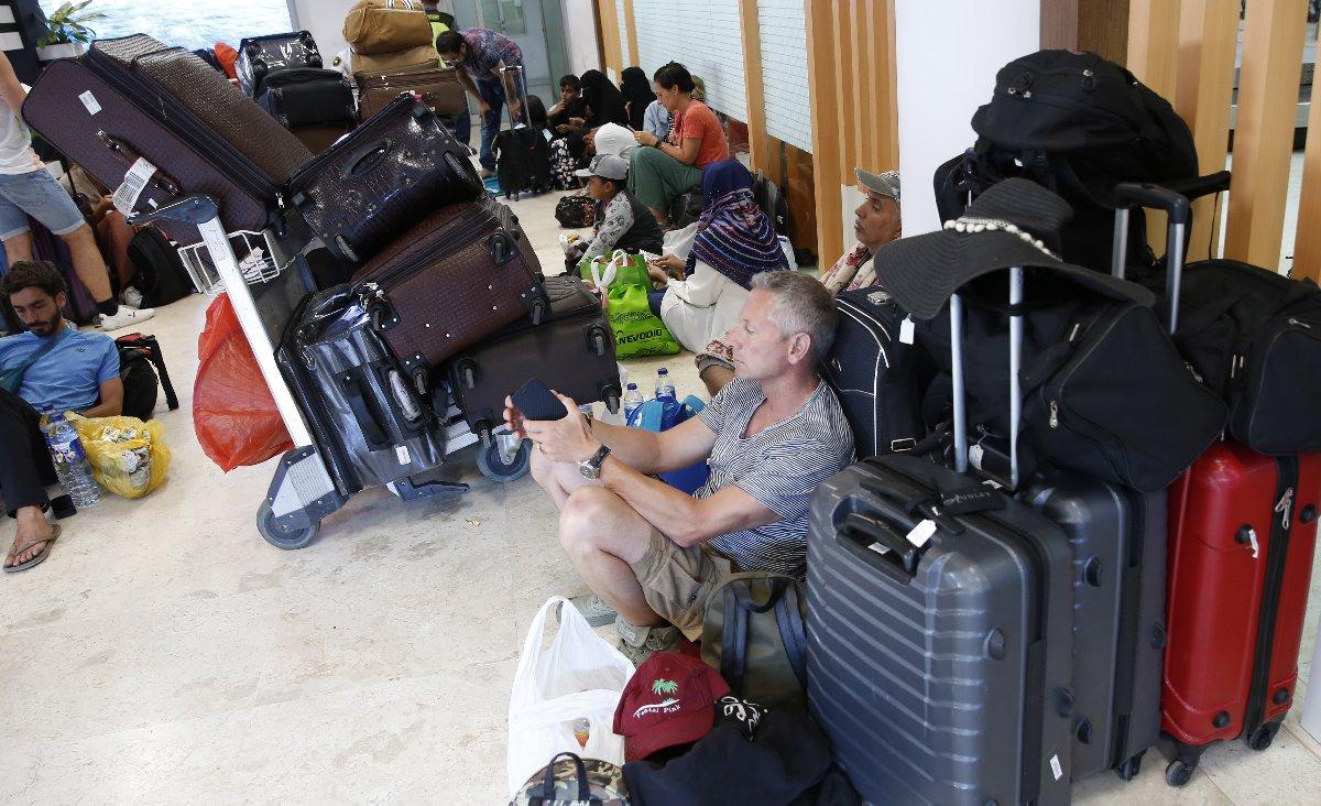 Çok sayıda turist tatilini yarıda kesip, evlerine dönmek için havaalanlarına gitti.