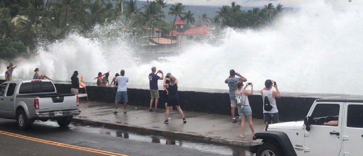 Bölgedeki turistler fırtına dolayısıyla kabaran dalgaların fotoğrafını çekti.