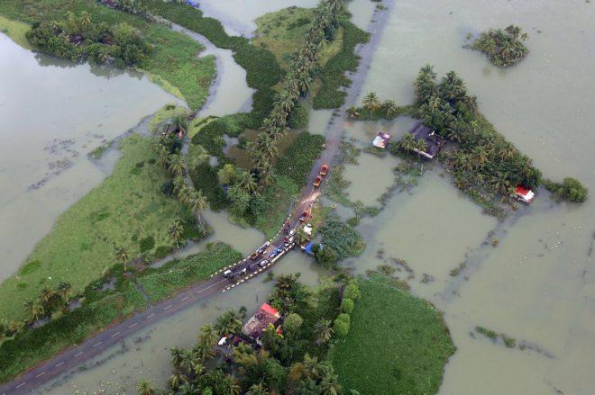 Sel felaketi nedeniyle 20 bin kişi kamplara yerleştirildi.
