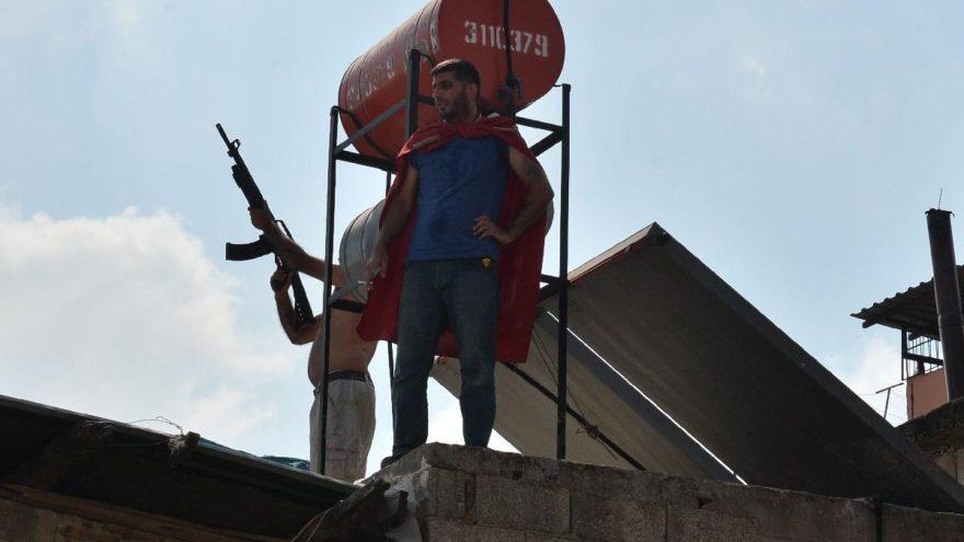 Evlerinin yıkımını engellemek için çatıya çıkıp, tüfekle ateş açtılar