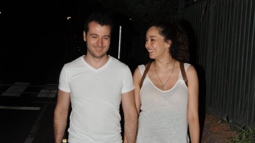 Azra Akın ve eşi, akşam yürüyüşünde