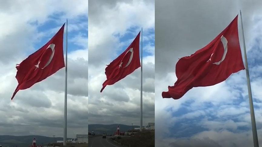 Göndere çekili en büyük Türk Bayrağı yırtık halde!