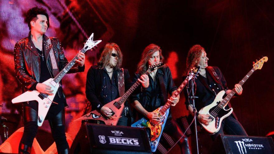 Huzurevinden kaçan yaşlılar heavy metal festivalinde bulundu