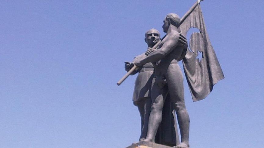 71 yıl sonra rahatsız olup heykele pantolon dikmeye kalktılar