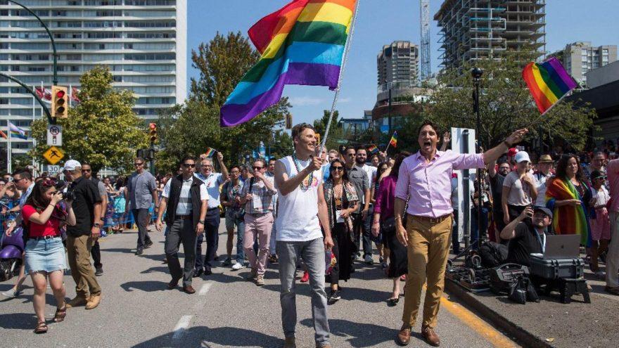 Justin Trudeau, Onur Yürüyüşü'nde bayrak salladı
