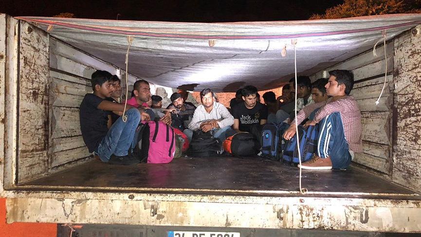 Hırsızlık ihbarına giden polis, kaçak göçmen yakaladı