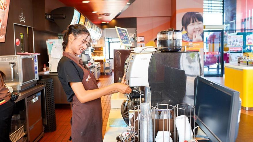 Fast food zincirinde skandal… Hamile kadına kahve yerine deterjan verdiler