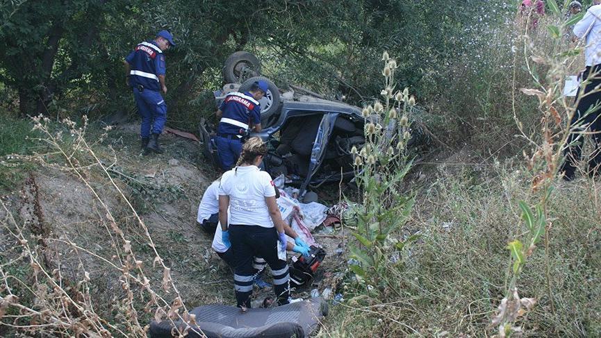 Afyonkarahisar'da otomobil şarampole devrildi: 2 ölü, 3 yaralı