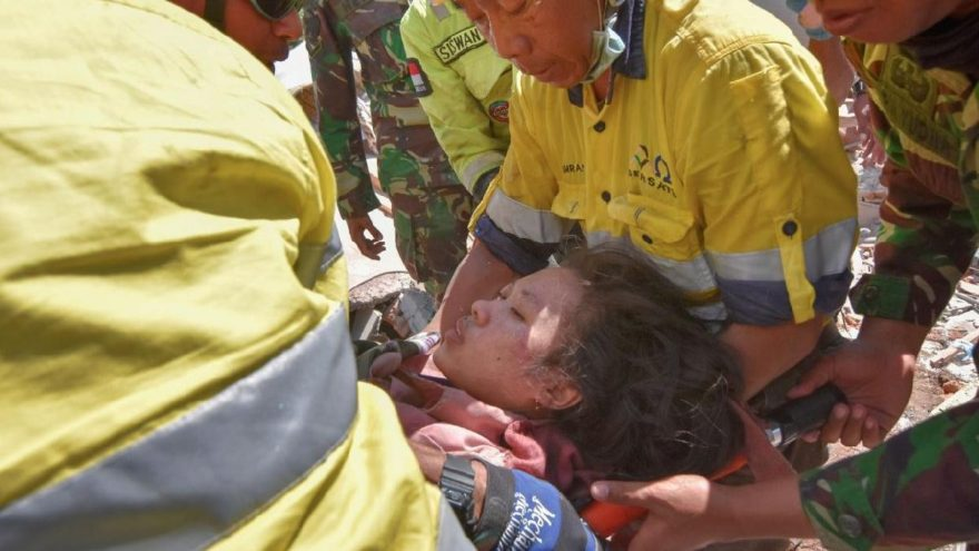 Endonezya'daki korkunç depremden ilk iyi haber: 48 saat sonra kurtarıldı