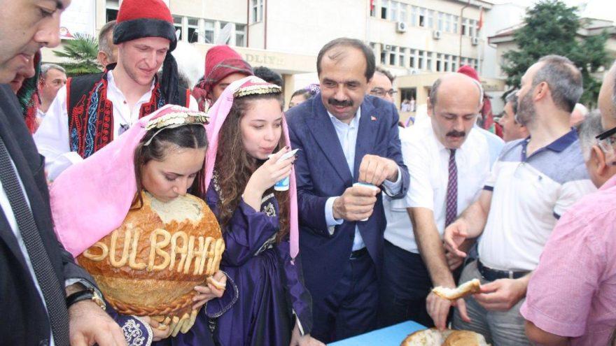 Festivalde halka tereyağlı 12 kiloluk ekmekler ikram edildi