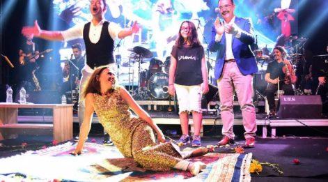 Yıldız Tilbe sahnede hediye edilen halının üzerine yattı