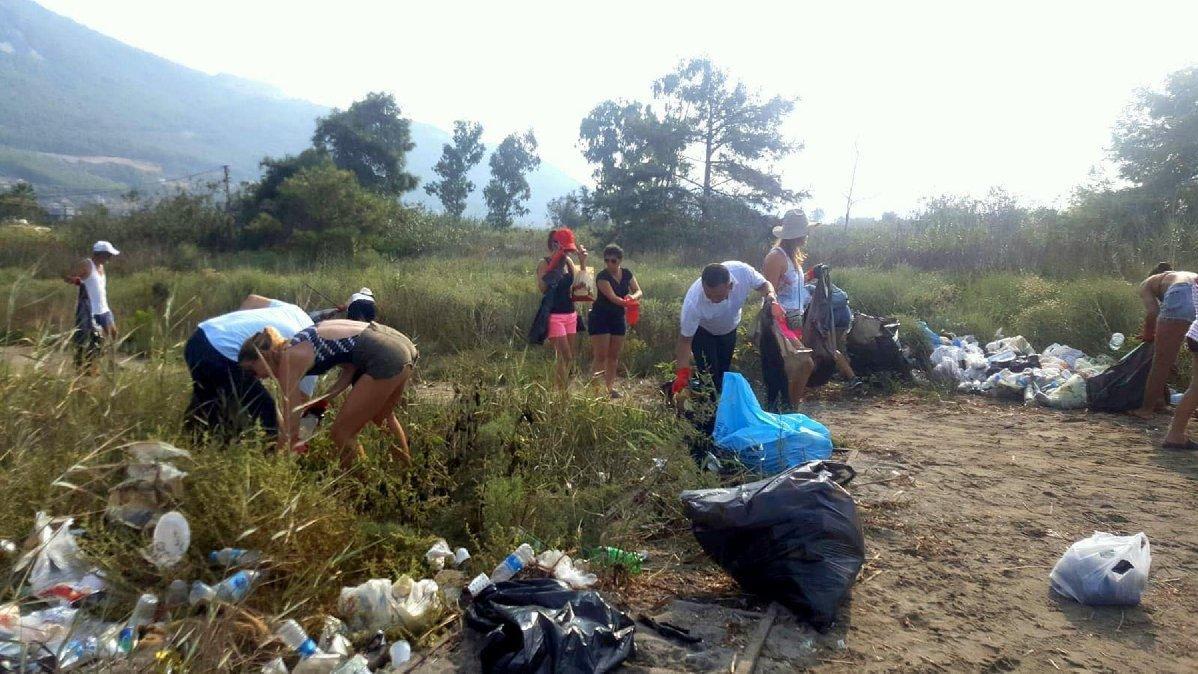 'Kör Olası Çöpçüler' 2 ton çöp topladı